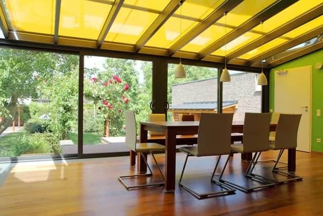 Een aanbouw met een glazen dak heeft ook in de winter veel lichtinval